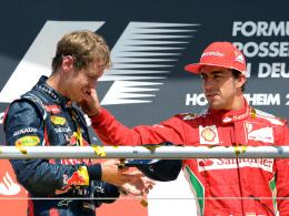Trost: Hockenheimsieger Fernando Alonso scheint Mitleid mit Sebastian Vettel zu haben.