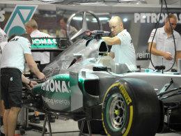 Michael Schumachers Auto wird von Mechanikern vorbereitet