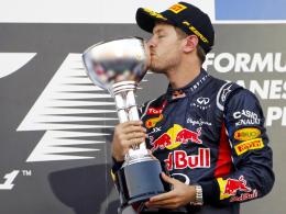 Der dritte Streich: Weltmeister Sebastian Vettel feierte bereits seinen dritten Sieg in Suzuka und küsst den Pokal leidenschaftlich.