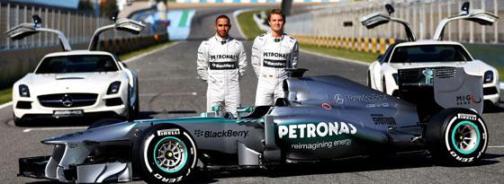 Lewis Hamiltion und Nico Rosberg hinter dem F1 W04
