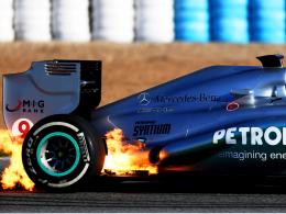 Heißer Auftakt: Aus dem Heck von Nico Rosbergs neuem Mercedes schlagen Flammen.