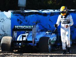 Dienstfahrt vorzeitig beendet: Lewis Hamilton krachte mit dem Mercedes in die Reifenstapel.