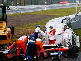 Hektik nach dem Unfall: Helfer kümmern sich um Jules Bianchi.