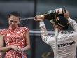 Ungewollte Schaumweindusche: Die chinesische Hostess war nicht erfreut �ber Lewis Hamiltons Spr�haktion.