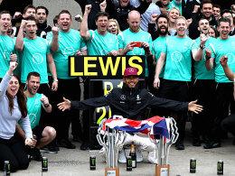 In den Mittelpunkt ger�ckt: Weltmeister Lewis Hamilton.