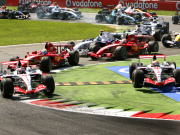 Abkürzung: Hamilton (re.) musste nach dem Start von der Strecke. Alonso links blieb in Front.