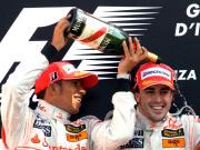 Sektdusche: Die große Rivalität zwischen Hamilton (li.) und Monza-Sieger Alonso war auf dem Podest vergessen.
