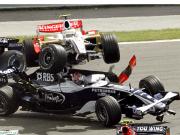 Abgehoben: Kurz nach dem Start steigt Fisichella im Force India über den Williams von Nakajima auf.