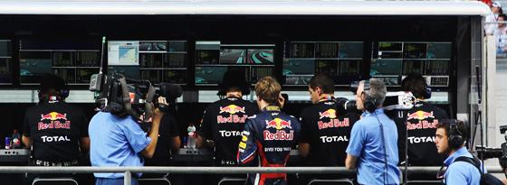 Zuschauer: Sebastian Vettel (Mitte) während des Rennens am Kommandostand von Red Bull.