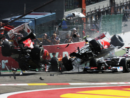 Startunfall: Hamilton und Alonso (li.) fliegen mit ihren Boliden durch die Luft.