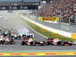 Start in Yeongam: Sebastian Vettel biegt vor Mark Webber in die erste Kurve ein.