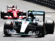 Dritter Sieg in Monaco in Serie: Mercedes-Pilot Nico Rosberg. Hinten Sebastian Vettel.