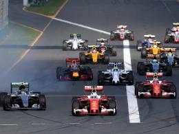 Start: Ferrari-Pilot Sebastian Vettel (Mitte) schiebt sich an die Spitze.
