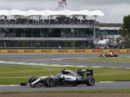 1. Training: Mercedes-Fahrer dicht beisammen