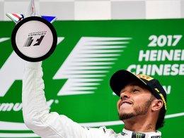 Hamilton schlägt in China vor Vettel zurück