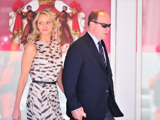 F�rst Albert mit Verlobter Charlene Wittstock auf dem Weg zur Siegerehrung. Seine Majest�t verzichtet aber nicht auf Ohrenst�psel.
