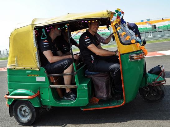 Ex-Weltmeister Jenson Button hat nicht etwa den Rennstall gewechselt, sondern sichtet die Strecke in einer motorisierten Rikscha.