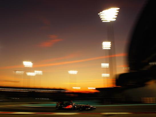 In der Abendstimmung der arabischen W�ste donnert Lewis Hamilton unter den Scheinwerfern zu seinem dritten Saisonsieg.