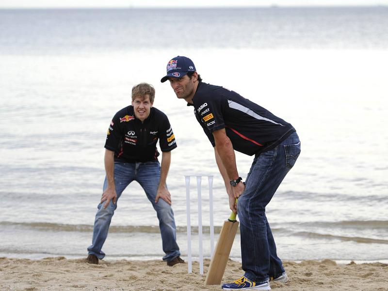 Die Stars sind da: Mark Webber (r.) und Teamkollege Sebastian Vettel zeigten am Strand schon mal, was sie im Cricket drauf haben. Hier ist ihr Können wohl noch ausbaufähig, in der Formel 1 gehören sie zu den Besten.