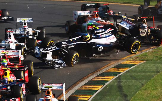 Senna fliegt ohne eigenes Zutun �ber das Feld. Das brachte ihm wenigstens einen guten �berblick �ber die vor ihm liegenden Fahrzeuge.