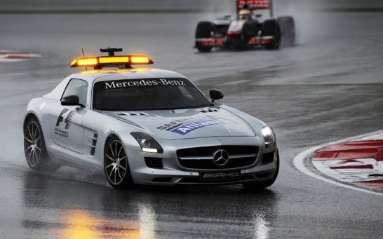 Auf Grund eines starken Gewitters musste Bernd Mayl�nder im Safety Car das Feld einfangen. Zwei Runden sp�ter gab es sogar die Rote Flagge.