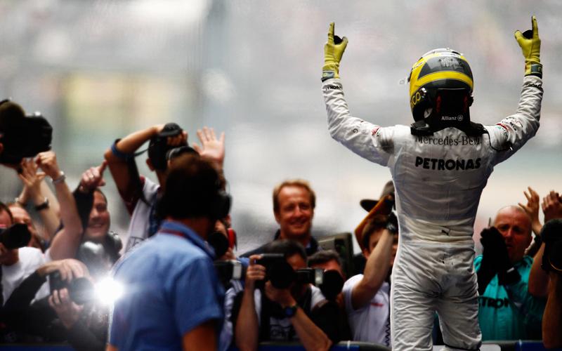Im 111. Grand Prix seiner Karriere kletterte Nico Rosberg endlich als Sieger aus seinem Auto. Entsprechend groß war der Jubel beim Wiesbadener und der gesamten Mercedes-Crew.