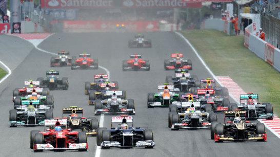 Der Start in Barcelona: links enteilt Alonso dem Feld, in der Mitte verteidigt Maldonado seine Position und wird dazu noch rechts von R�ikk�nen angegriffen.