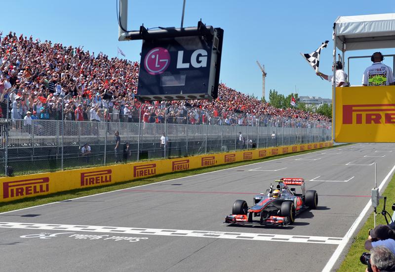 Lewis Hamilton wird nach 70 Runden als Sieger auf der Isle de Notre Dame abgewunken.