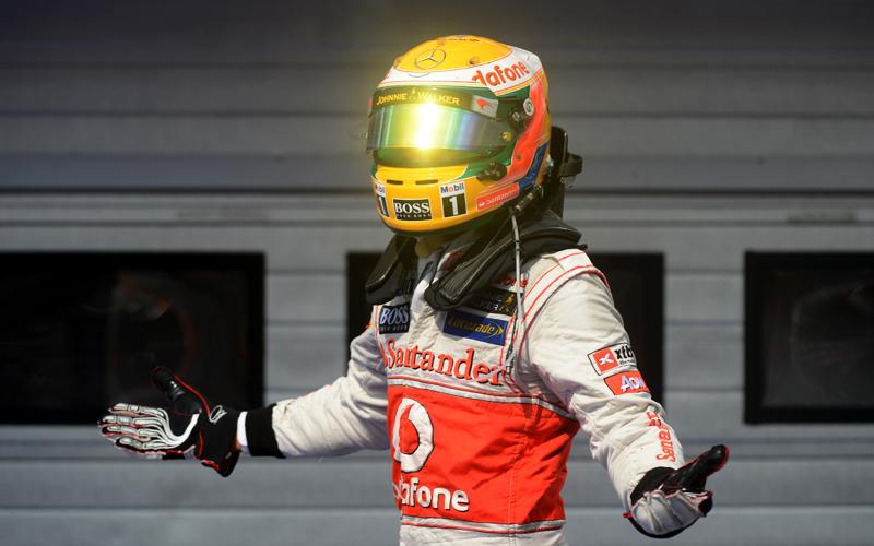 Mit leuchtendem Helm entsteigt Lewis Hamilton seinem Boliden.