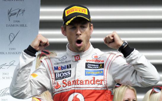 Ein jubelnder Jenson Button lie� seiner Freude auf dem Podest freien Lauf.