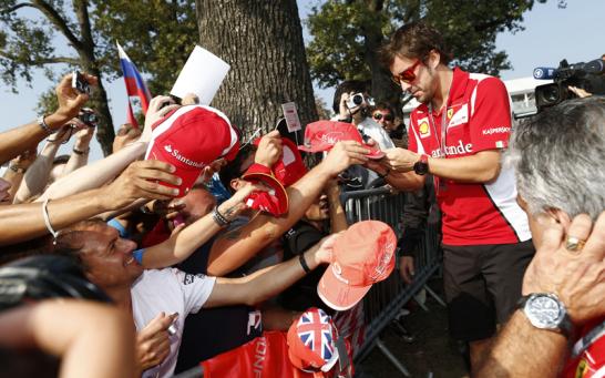 Als Ferrari-Pilot hat man besonders in Monza viel zu tun: Fernando Alonso schreibt sich bei den Fans die Finger wund.