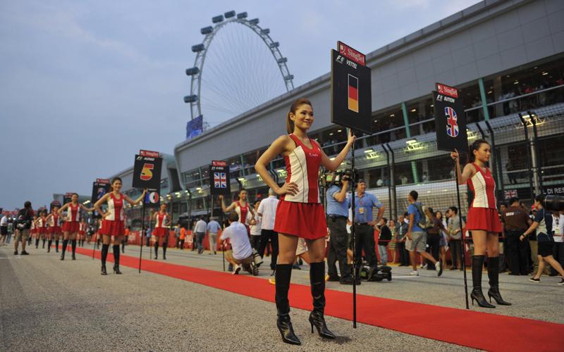 Die Grid-Girls nehmen Aufstellung für den Grand Prix von Singapur 2012. Da fehlen nur noch die Rennwagen.