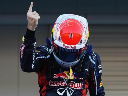 """Sebastian Vettel verneigte sich und zeigte sofort, nachdem er aus dem Cockpit geklettert war, den ber�hmten """"Vettel-Finger""""."""