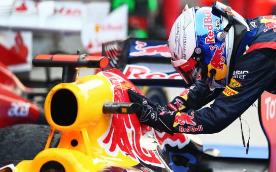Nach dem Sieg kletterte Sebastian Vettel aus dem Red Bull und streichelte den liebevoll Abbey genannten Wagen innig.