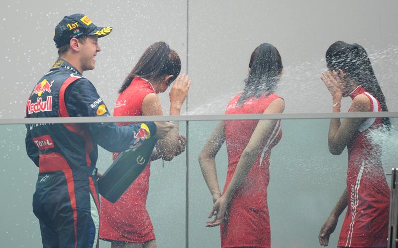 Offenbar hatte niemand den Grid Girls auf dem Podium gesagt, dass Rennfahrer gerne mit Champagner um sich spritzen.