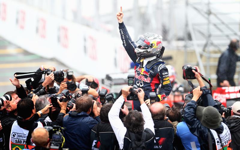 Natürlich gab es zur Feier des Titel-Hattricks den berühmten Vettel-Finger. Die Photographen stürzten sich sofort darauf.
