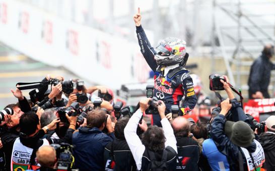 Nat�rlich gab es zur Feier des Titel-Hattricks den ber�hmten Vettel-Finger. Die Photographen st�rzten sich sofort darauf.