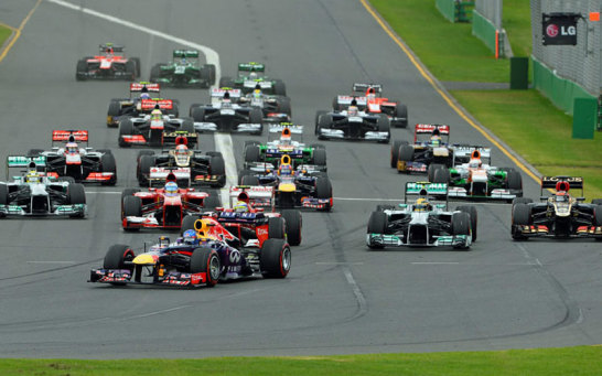 Start in die neue Saison: Während Vettel noch alles im Griff hat, wird Webber bereits nach wenigen Metern nach hinten durchgereicht.