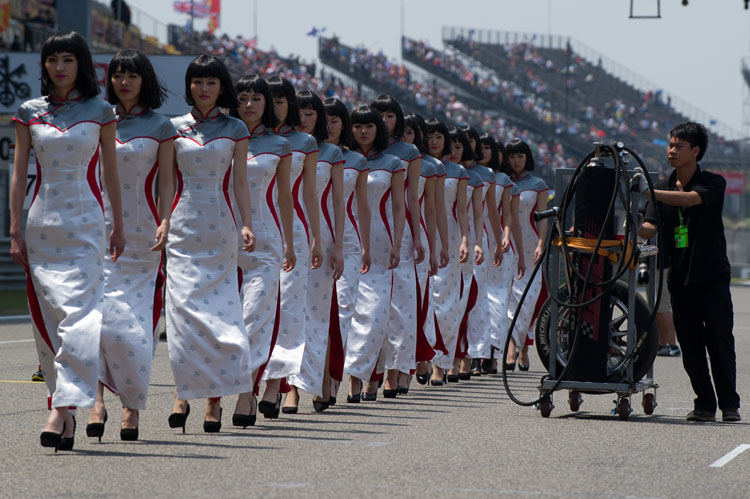 Die Grid Girls von Shanghai stöckelten an schwerem technischen Gerät vorbei zur Startaufstellung.