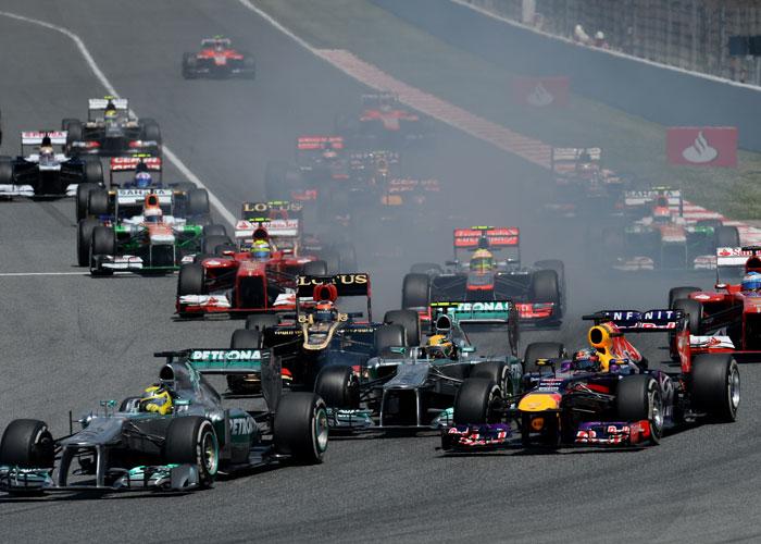 In der Startkurve von Barcelona versuchte sich Sebastian Vettel gleich an beiden Mercedes vorbei zu drücken. Hamilton schaffte er, Rosberg nicht.