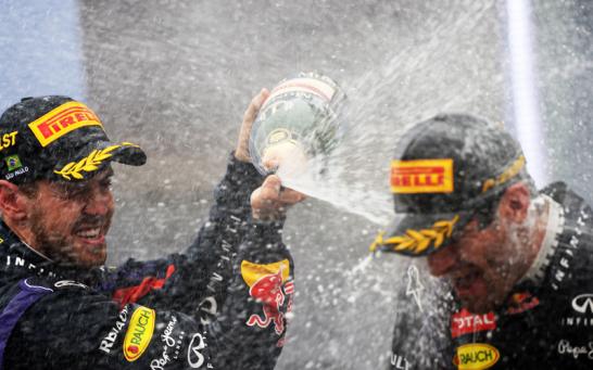 Zum Abschied schaffte Mark Webber als Zweiter noch eine Podiumsplatzierung und wurde daf�r von Sebastian Vettel gr�ndlich mit Champagner eingeweicht.