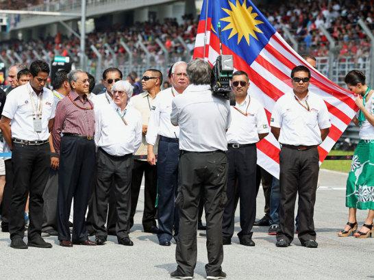 Formel-1-Boss Bernie Ecclestone begeht zusammen mit dem Premierministers von Malaysia eine Schweigeminute f�r die Menschen, die vom Drama um das verschollene Flugzeug MH370 betroffen sind.