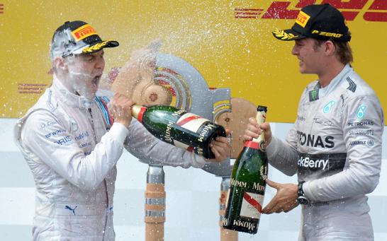 Rosberg (re.) spritzte Bottas bei seiner ersten Podiumsplatzierung gehörig voll mit Champagner. Der Finne brauchte daraufhin bestimmt einen Lappen.