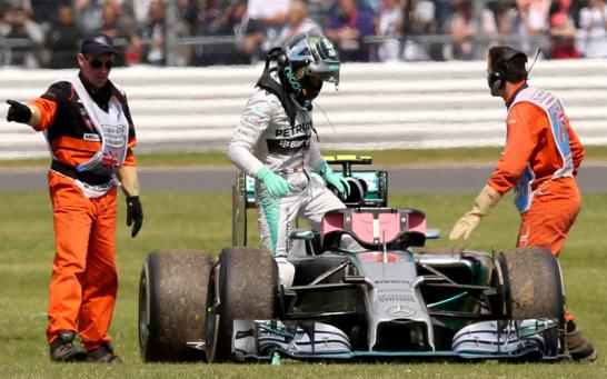 Nach einem Getriebeschaden rollte Rosbergs Mercedes in der Wiese aus. Da blieb f�r den WM-F�hrenden nur noch der Fu�weg zur�ck.