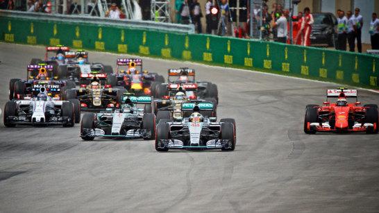 Der Start des Grand Prix von Kanada. Polesetter Lewis Hamilton behauptet sich vor Stallkollege Nico Rosberg. Außen versucht es Ferrari-Pilot Kimi Räikkönen.