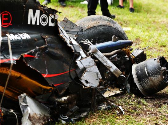 Fernando Alonsos McLaren ist nach dem Horrorcrash mit Esteban Gutierrez' Haas nur noch Schrott.