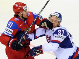 Schlagkräftig: Der Russe Maxim Afinogenov (li.) gegen den Slowaken Peter Podhradsky.