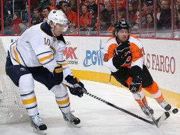 Schier aussichtslos: Christian Ehrhoff und die Sabres (hier gegen Flyers-Star Claude Giroux) kommen einfach nicht an die Top 8 heran.