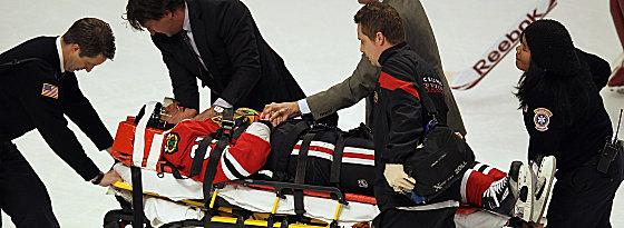 Musste zur Beobachtung ins Krankenhaus: Der von Torres hart gecheckte Marian Hossa.
