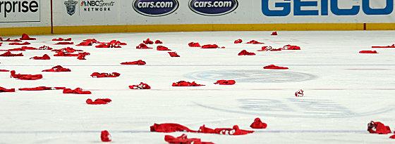 Zeichen teuflischer Freude: Nach Zajacs Treffer segelten unzählige rote Handtücher aufs Eis.